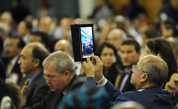 Ein Abgeordneter nimmt ein Video mit seinem ipad auf. Foto: <br> Getty Images