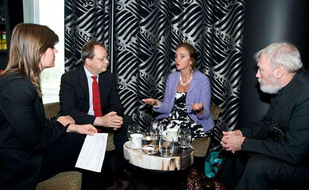 Martin Kunz, Christine Jasch und Andreas Kraemer (v. r.) aus dem unabhängigen Anlageausschuss des Ökoworld Ökovision Classic im Gespräch mit Redakteurin Astrid Lipsky. Alle drei sind seit 20 Jahren dabei. Kraemer und Kunz sind die Vorsitzenden.