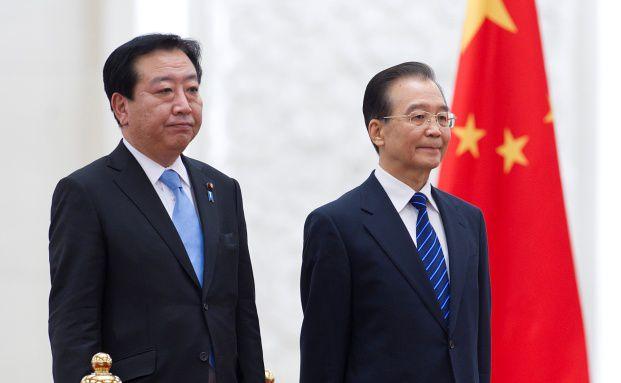 Japans Premierminister Yoshihiko Noda (li.) besuchte <br> Ende Dezember seinen chinesischen Kollegen Wen Jiabao. <br> Die zweit&auml;gigen Gespr&auml;che drehten sich auch um Wirtschaft <br> und W&auml;hrungen, Quelle: Getty Images