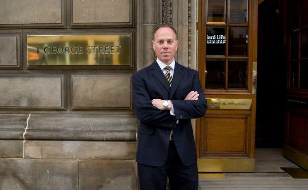 Guy Stern vor der Unternehmenszentrale in Edinburgh
