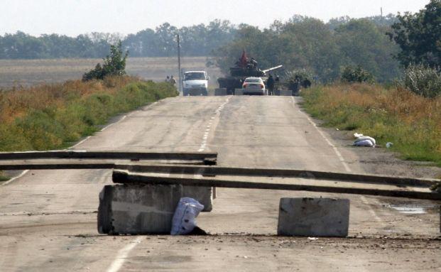 Straßensperre nahe der russisch-urainischen Grenze bei Slavyanoserbsk. Nicht unweit von hier möchte der ukrainische Premier Jazenjuk eine 2000 Kilometer lange Grenzmauer mit Stacheldraht und Minen errichten / Foto: ANATOLII STEPANOV/AFP/Getty Images
