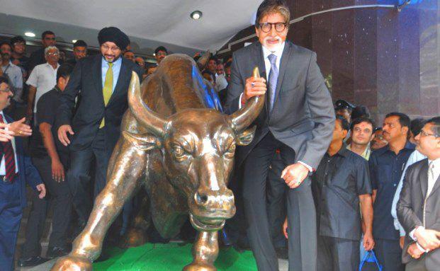 Aktien-Hausse in Indien: Der indische Bollywood-Schauspieler Amitabh Bachchan posiert mit einem bronzenen Bullen vor der Börse Mumbai / Foto: STRDEL/AFP/Getty Images
