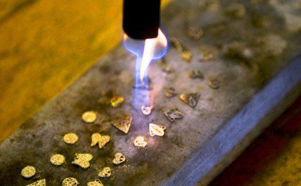 Ein kolumbianischer Goldschmied fertig Schmuck für Juweliere an. In Kolumbien gibt es über 14.350 Goldminen / Foto: RAUL ARBOLEDA/AFP/Getty Images