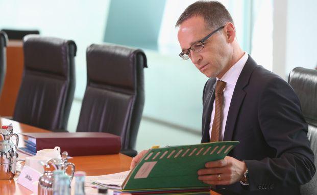 Bundesjustizminister Heiko Maas (SPD) bei einer Kabinettssitzung: Vielleicht sollte er seinen Gesetzentwurf nochmal genau studieren. (Foto: Getty Images)