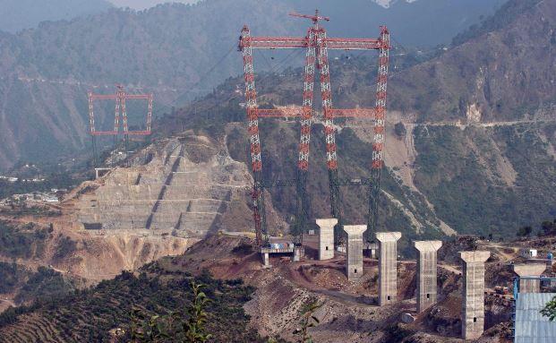 Bauarbeiten zur höchsten Eisenbahnbrücke der Welt im indischen Bundesstaat Jammu und Kaschmir: Wenn sie 2016 fertig ist, wird sie den Eiffelturm um 35 Meter überragen. (Foto: PRAKASH SINGH/AFP/Getty Images)