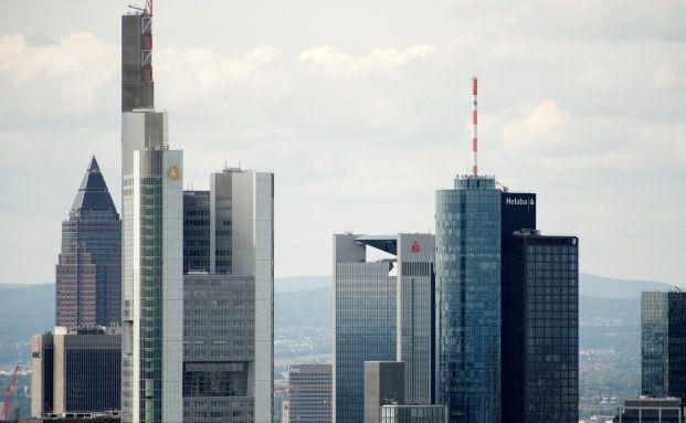 Die Commerzbank in mitten der Frankfurter Skyline. Sie ist die erste große deutsche Bank, die den Negativzins angekündigt hat. Foto: Getty Images