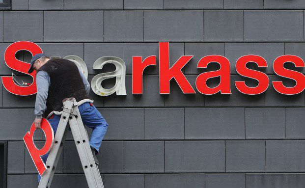 Reparaturen an Sparkassen-Leuchtschrift: Bis 2017 sollen rund 225 Millionen Euro in die Sparkassen investiert werden. (Foto: Getty Images)