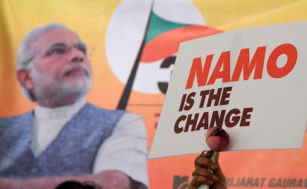 Unterstützer-Plakat für den indischen Ministerpräsident Narendra Modi vor der Wahl: Nach dem Sieg des Reformers im Mai 2014 gaben mehrere Investmentgesellschaften positive Einschätzungen für den indischen Markt und ihre dort aktiven Aktienfonds heraus. (Foto: INDRANIL MUKHERJEE/AFP/Getty Images)