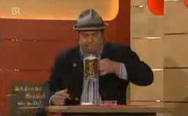 Kabarettist Andreas Giebel bei der Arbeit: Ein Bier, das die Wirtschaft ankurbelt
