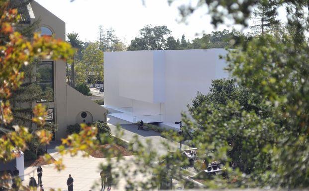 Vor der Präsentation eines Apple-Produkts bewachen Sicherheitsleute ein Gebäude in Cupertino, Kalifornien. (Foto: Josh Edelson/AFP/Getty Images)