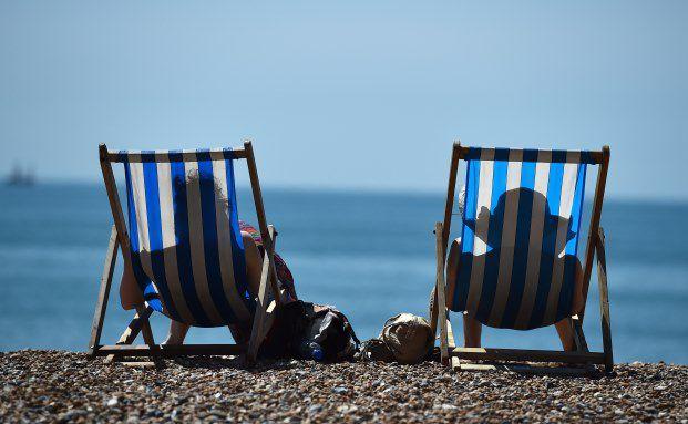 Der Strand von Brighton in Südengland: In den großen Sommerferien lassen wohl auch Börsenhändler mal die Seele baumeln. (Foto: Ben Stansall/AFP/Getty Images)