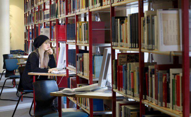 Studentin an der Uni Witten/Herdecke: Anleger können die Studierenden-Anleihe der Hochschule kaufen (Foto: Private Universität Witten/Herdecke)