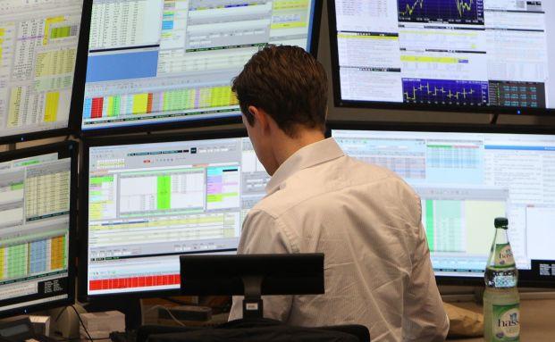 Ein Händler an der Frankfurter Börse: Noch ist ungewiss, ob der deutsche Leitindex dieses Jahr mit einem Plus oder Minus beendet. (Foto: Daniel Roland/AFP/Getty Images)