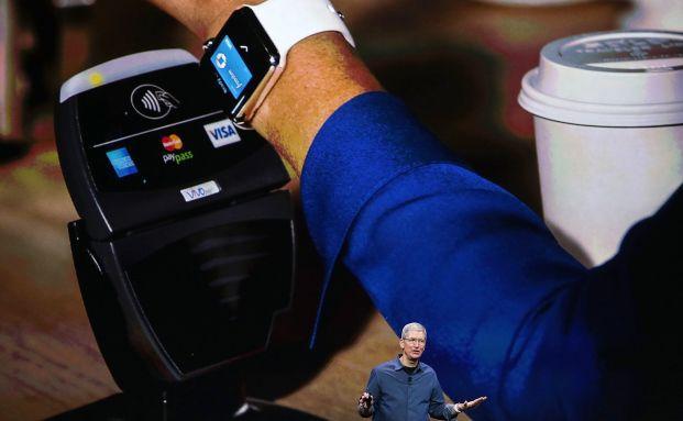 Apple-Chef Tim Cook präsentiert das Zahlungssystem für die neue Apple Watch. Foto: Getty Images