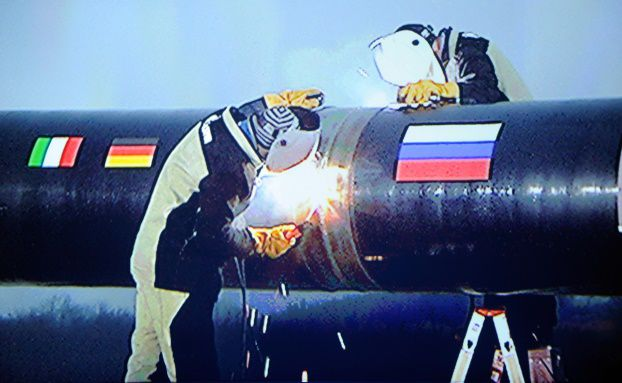 Trennen, was nicht zusammengehören will: Arbeiter mit Schweißgeräten an der South-Stream-Erdgas-Pipeline (Foto: AFP/Freier Fotograf/Getty Images)