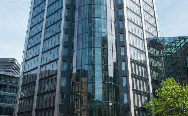"""Das 110 Meter hohe Büro- und Hotelhochhaus """"Eurotheum"""" im Herzen des Frankfurter Bankenviertels. Foto: Commerz Real AG"""