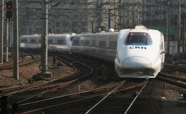 """Chinas Hochgeschwindigkeitszug bei der Einfahrt: Mit dem Projekt """"One Belt, One Road"""" wird China neue Verkehrsverbindungen zu seinen Nachbarländern schaffen (Foto: Getty Images)"""