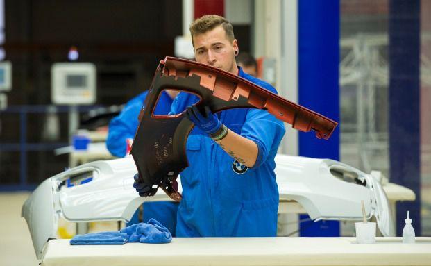 Ein Arbeiter baut einen BMW i3 zusammen: Für Arbeitnehmer lohnt sich eine Betriebsrente vor allem dann, wenn der Chef sich am Beitrag beteiligt. Foto: Getty Images
