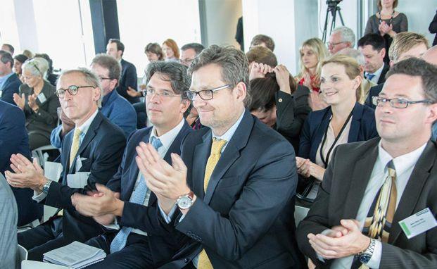 Das Publikum applaudiert dem Vortrag von Hamburgs ehemaligem Bürgermeister Klaus von Dohnanyi auf dem private banking kongress 2015 in Hamburg. Foto: Christian Scholtysik, Patrick Hipp