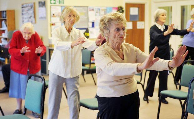 Ältere Damen üben Tai Chi: Das neue Pflegestärkungsgesetz erfasst körperliche, geistige und psychische Einschränkungen in Zukunft besser. Foto: Getty Images