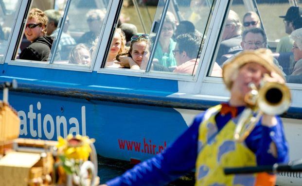 Trompeter vor Kanaldampfer: Wer sich im Alter noch was leisten können will, muss vorsorgen. Das gilt auch für die PKV. Foto: Getty Images