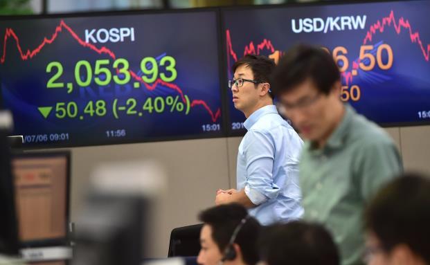 Ein Aktienhändler an der Börse Südkoreas. Weitere Zinssenkung soll das wirtschaftliche Wachstum Südkoreas stimulieren. (Bild: Getty Images)