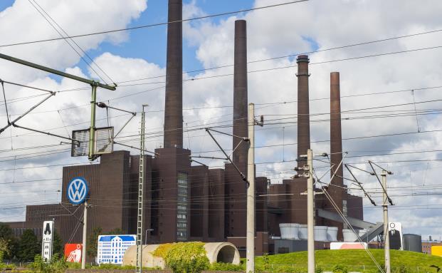 Derzeit wolkenverhangen: Das Stammwerk der Volkswagen AG in Wolfsburg. Der Automobilsektor stellt nur einen verhältnismäßig kleinen Teil des weltweiten Anlageuniversums dar. (Foto: Getty Images)