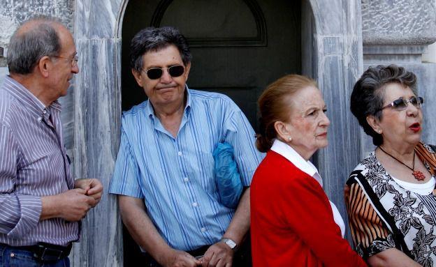 Griechische Rentner vor der Notenbank in Athen. Anleihen aus Südeuropa stiegen im Kurs, nachdem sich Griechenland mit seinen Gläubigern geeinigt hatte. (Bild: Bloomberg)