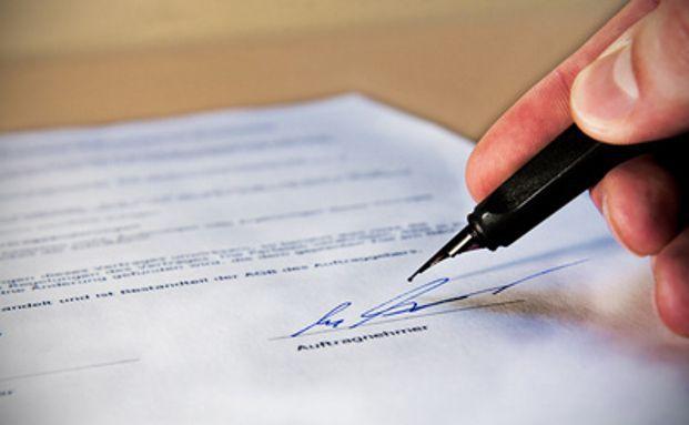 Die handschriftliche Unterschrift des Kunden gehört der Vergangenheit an. Foto: Alexander Klaus  / pixelio.de