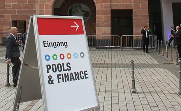 Nach ihrem Start in Darmstadt fand die Pools & Finance seit 2013 als Frühjahrs-Treffpunkt und Marktplatz für unabhängige Finanzdienstleister, Maklerpools und Servicegesellschaften sowie Anbietern von Finanz- und Versicherungsprodukten und Branchendienstleistern in der Frankfurter Messe statt. Foto: Oliver Lepold
