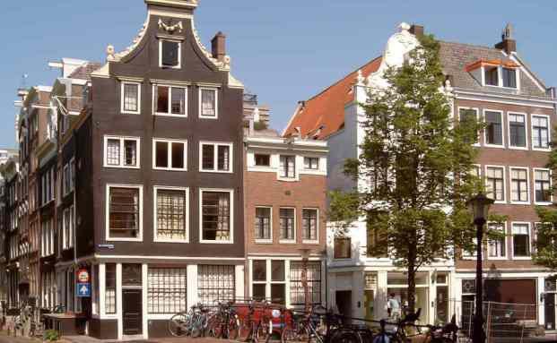 Europäische Immobilien, wie diese Grachtenhäuser in Amsterdam, bleiben beliebt bei Investoren, Foto: Michiel Verbeek/CC BY-SA 3.0/Wikimedia Commons