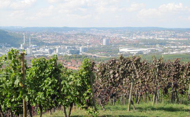 Blick auf die dynamische Industriestadt Stuttgart mit dem Firmengeb&auml;ude des Autobauers Daimler und das Merces-Benz-Museum. Foto: Stefanie Lauterwein / <a href='http://www.pixelio.de' target='_blank'>pixelio.de</a>