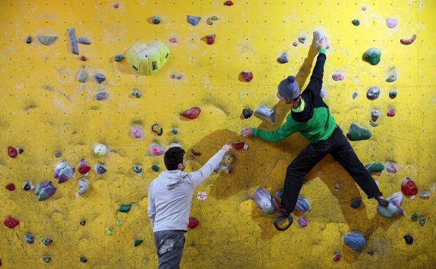 Kletterer weist den Weg an einer Kletterwand: Mit den Multi-Asset-Lösungen der Standard Life können Anleger flexibel in verschiedene Risikoprofile und Strategien investieren. (Bild: Getty Images)