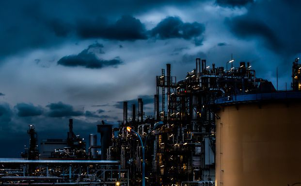 Raffinerie-Anlage bei Nacht. Foto: FW-Fotografie /<a href='http://www.pixelio.de' target='_blank'>pixelio.de</a>