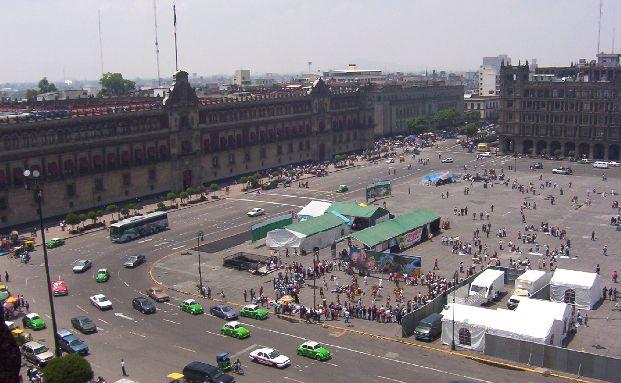 """Blick auf den Zócalo in Mexiko Stadt. Anleihen aus dem """"Land der Kakteen"""" hatten zuletzt die h&ouml;chste Gewichtung im Fondsportfolio des Emerging Markets Investment Grade Bond (ISIN: LU0843234468). Foto: Madeleine Mercado / <a href='http://www.pixelio.de' target='_blank'>pixelio.de</a>"""