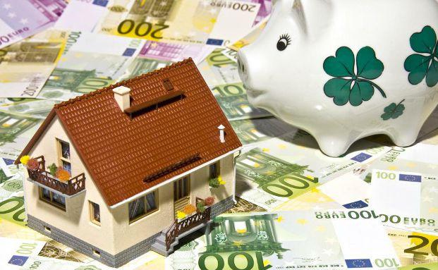 Immobilienkredite sind derzeit besonders günstig zu haben. Doch bei einigen Top-Anbietern können die Kunden besonders viel Geld sparen. Foto: Thorben Wengert / <a href='http://www.pixelio.de' target='_blank'>pixelio.de</a>