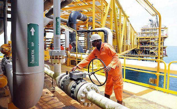 Arbeiter auf einer Öl-Bohrinsel im Niger-Delta. Der niedrige Ölpreis könnte eine zusätzliche soziale Destabilisierung mit sich bringen. (Foto: Getty Images)