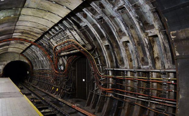 Baustelle in einem U-Bahn-Schacht. Foto: CFalk  / <a href='http://www.pixelio.de' target='_blank'>pixelio.de</a>