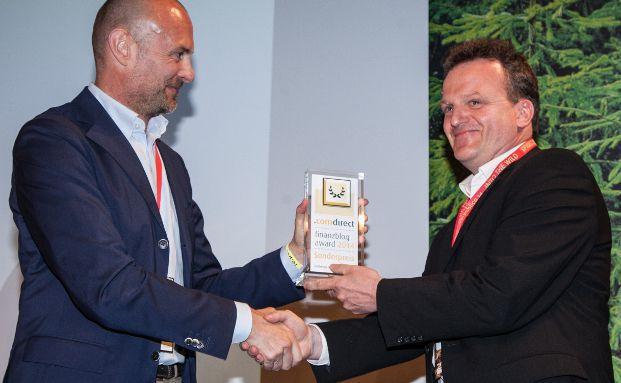 """Für seinen Versicherungs-Blog wurde der Osnabrücker Versicherungsmakler Matthias Helberg (r.) mit dem Sonderpreis des """"comdirect finanzblog award 2014"""" ausgezeichnet."""