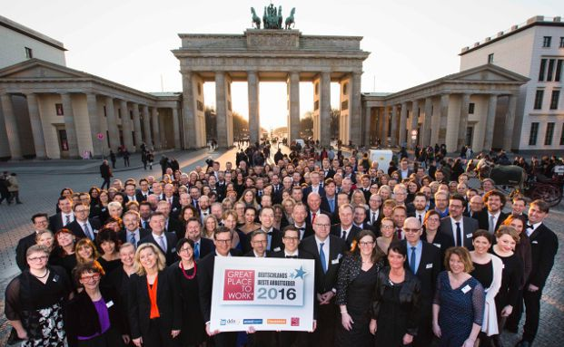 """Deutschlands Beste Arbeitgeber 2016"" vor dem Brandenburger Tor in Berlin: Gruppenbild der 100 Siegerunternehmen des ""Great Place to Work""-Wettbewerbs. Foto: obs/Great Place to Work® Institut Deutschland/Gero Breloer für Great Place to Work"