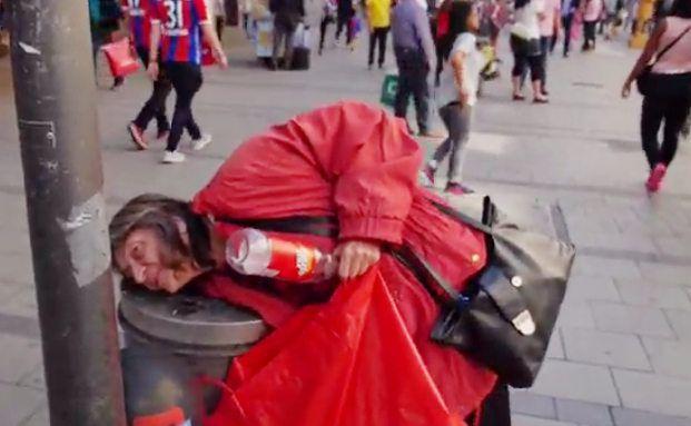 Eine Rentnerin holt eine Pfandflasche aus einer Mülltonne. Jeder sechste bayrische Alte ist von Armut bedroht. Foto: Screenshot