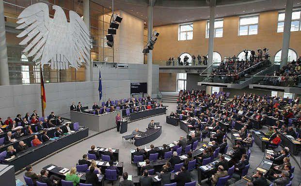 Der deutsche Bundestag in Berlin. In dem neuen Finanzmarktnovellierungsgesetz werden die Pflichten von Banken und Sparkassen im Aktiengeschäft mit ihren Kunden geregelt. Foto: Getty Images