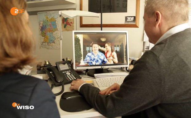 ZDF-Redakteure schauen die Werbung von Check24 an. Screenshot: ZDF