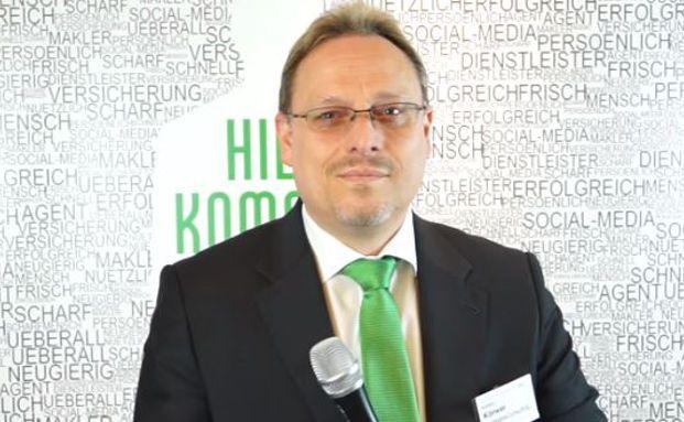 Karsten Körwer, Gründer und Geschäftsführer von Fairtriebsconsulting, erklärt in dem Video, wie Vermittler sich auf den zukünftigen Konkurrenzkampf mit der Technik einstellen sollten.