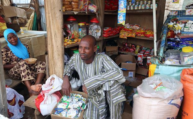 Ein Händler in Abuja, Nigeria. Afrikas Märkte zeigen weiter eher verhaltene Zahlen. (Bild: Getty Images)
