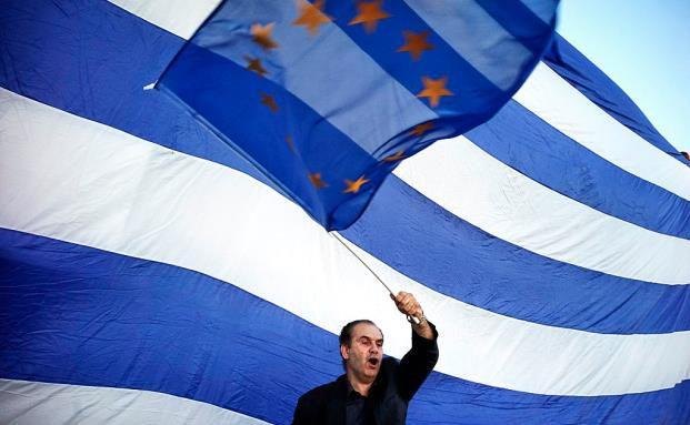 Ein Grieche schwenkt vor dem Parlament in Athen eine EU-Fahne. Viele Hellenen fürchten sich vor den wirtschaftlichen Folgen eines EU-Austritts. (Bild: Getty Images)
