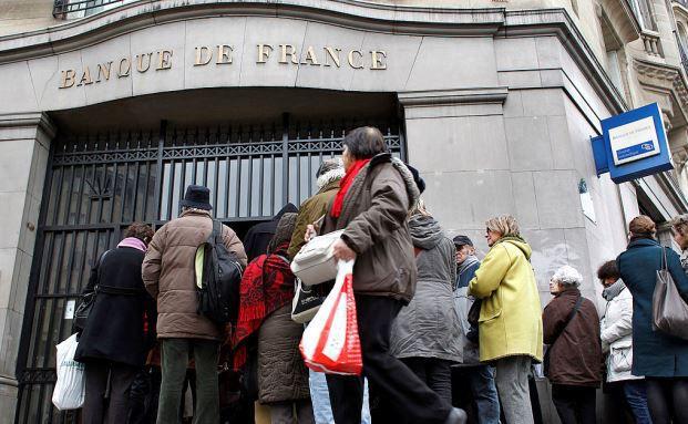 Menschenschlange vor der Banque de France in Paris. Die derzeit extrem niedrigen Zinsen sollten zu einem enormen Schub von Kreditaufnahmen geführt haben. Hat sich diese Hoffnung der  Zentralbanken bestätigt? (Bild: Getty Images)