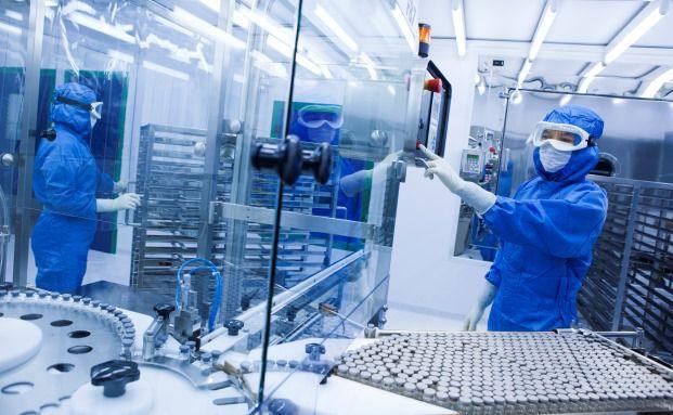 Eine Laborarbeiterin der Pharmafirma Sanofi. Das Unternehmen hat im April der Firma Medivation ein Übernahmeangebot gemacht. (Bild: Sanofi)