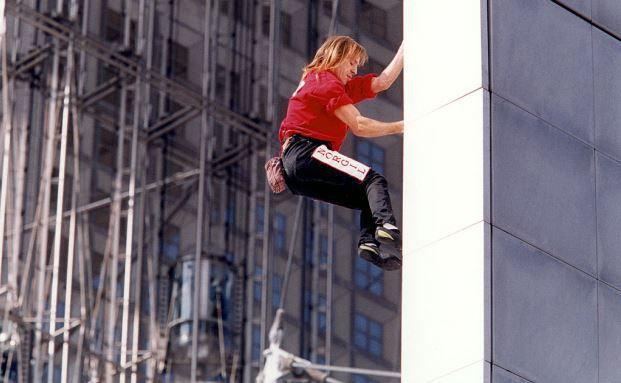 Alain Robert erklimmt den Arche de la Défense in Paris. Absicherung ist seit der Finanzkrise auch bei Investoren von großer Bedeutung. (Bild: Getty Images)