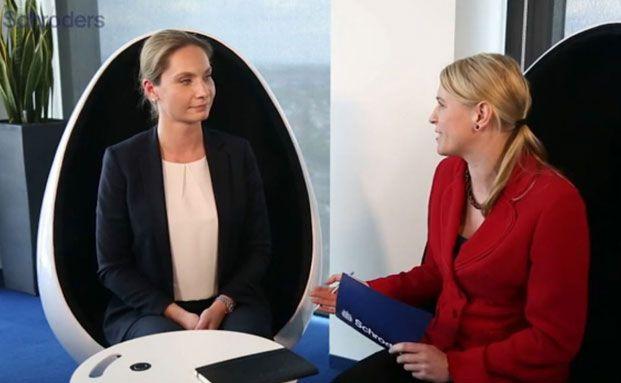 Caterina Zimmermann (links), Investment-Expertin, und Melanie Kösser (rechts), Vertriebsleiterin bei Schroders (Foto: Schroders)